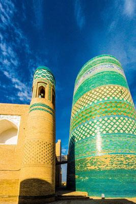 Left the Guldasta tower from the Muhammad Amin Khan madrasah - right the Kalta minaret (short or green minaret)