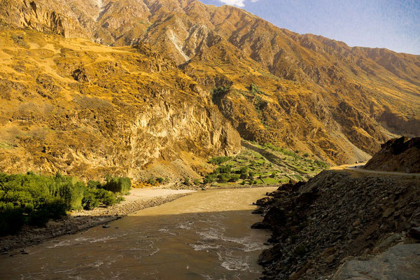 On the left: Afghanistan, on the right: Tajikistan