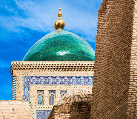Pakhlavan Mahmoud, the object of the pilgrims' devotion, was a fur hat maker and a famous poet