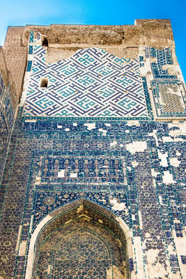 The entire surface of the northern facade is decorated with mosaic patterns of different colors imitates Oriental rug
