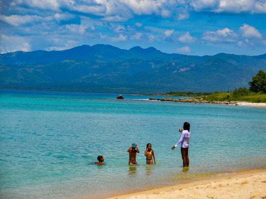 Cubanische Familie genießt einen Sonntagsausflug zum Strand.