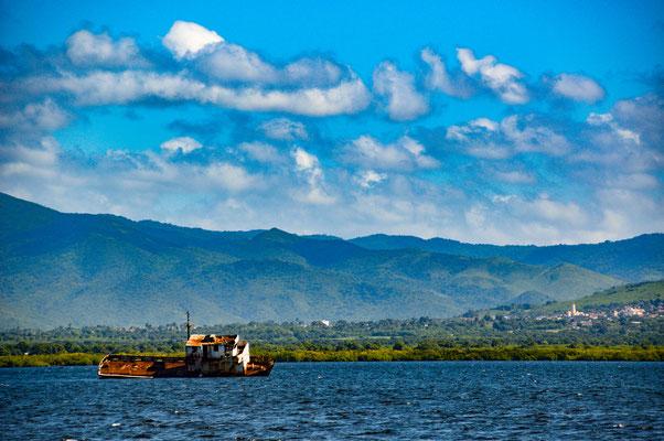 Schiffswrack in der Bucht bei Tridad.
