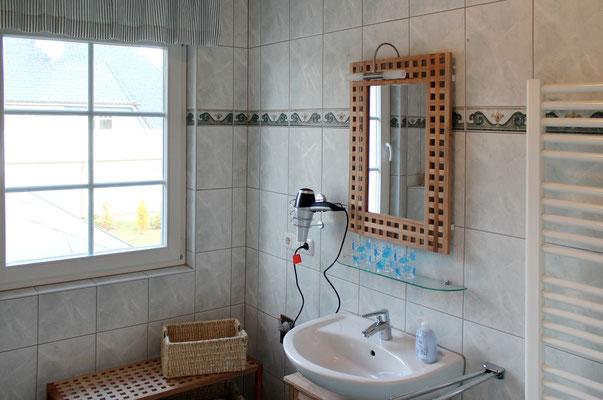Prerow | Ferienwohnung Buchentraum 1/4 - Bad 1 mit Fön und Handtuchtrockner