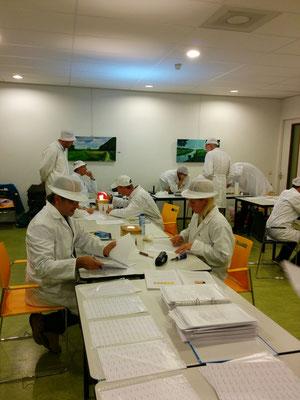Keurmeesters werken nauwgezet via vooraf afgesproken procedures om een goede beoordeling te geven van de honing en de presentatie ervan.
