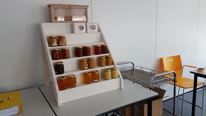 De gekeurde honing wordt na afloop netjes gepresenteerd.