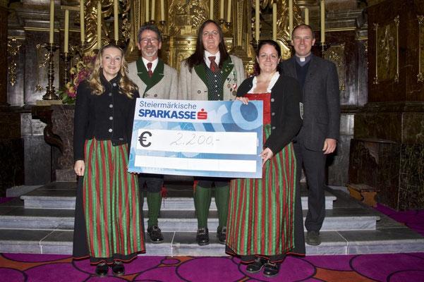 Kapellmeister Peter Forcher, Obfrau Birgit Pretterhofer und Pfarrer Anton Herk-Pickl mit der großzügigen Spendensumme.