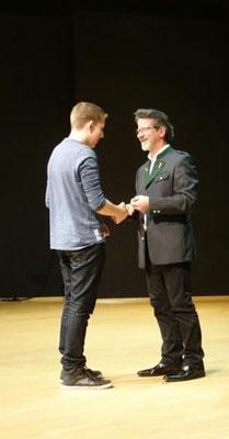Bez.Kapellmeister Peter Forcher gratuliert Christoph Krausler.