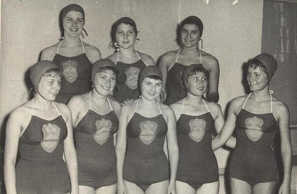 1957 1. Deutsche Meisterschaften Kunstschwimmen (hinten von li.: Ruth Range, Regina Dillmann, Gisela Fischer; vorne von li.: Christa Heckert, Waltraud Petermann, Karin Winkler, Ingrid Schmidt, Birgit Rosenhahn)