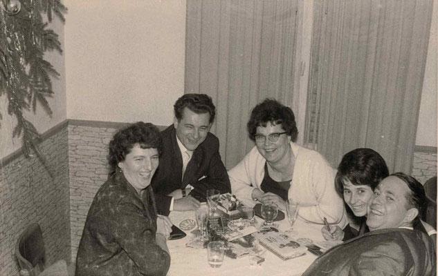 1963 Nikolaus im Deutschen Hof (von li.: Margot Baloun, Walter Baloun, Inge Fuchs, ?, Fritz Fuchs)
