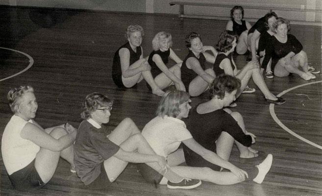 1966 Frauengymnastik (1. R. v. li Urusla Dillmann, ? Christa Bender; 3. R. vorne Ria Gerber)