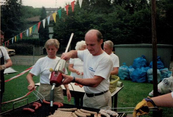 1987 Swim-in - Grillmeister Christa + Kurt Bender, im Hintergrund Mia + Hans Heckert