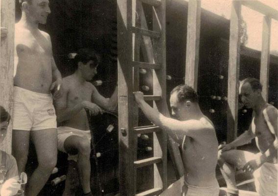 1953-54 Bau Damenkabine - Reinhard Bockenheimer an der Leiter