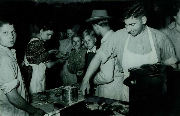 1951 Grillen beim Abenschwimmfest - August Fauth