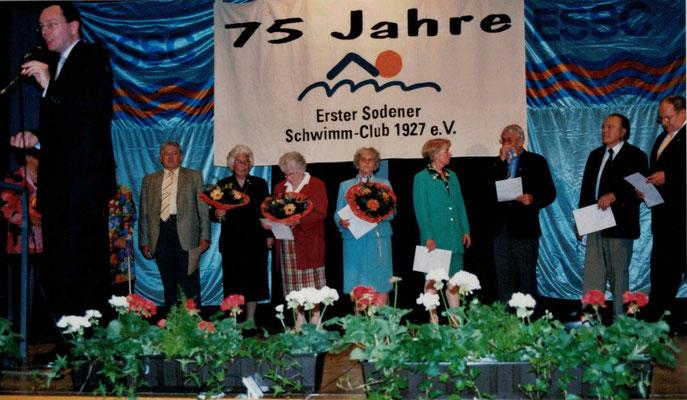2002 75 Jahre ESSC - Ehrenmitglieder (v.l. Karl Heinz Butzbach, Ursula Dillmann, Marlene Kampfenkel, Gretel Lerch, Christa Bender, Fritz Fuchs, Karl Heiderich, Eugen Zahn)