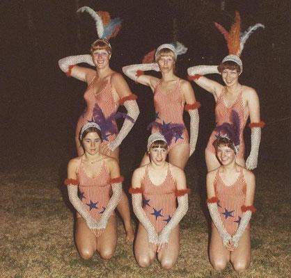 "1977 Jubiläums-Abendschwimmfest ""Stars & Stripes"" - Annette Baloun, Marion Christ, Petra Fuchs, Birgit Reukauf, Ulrike Bender, Johanna Thilenius (von hinten li.)"