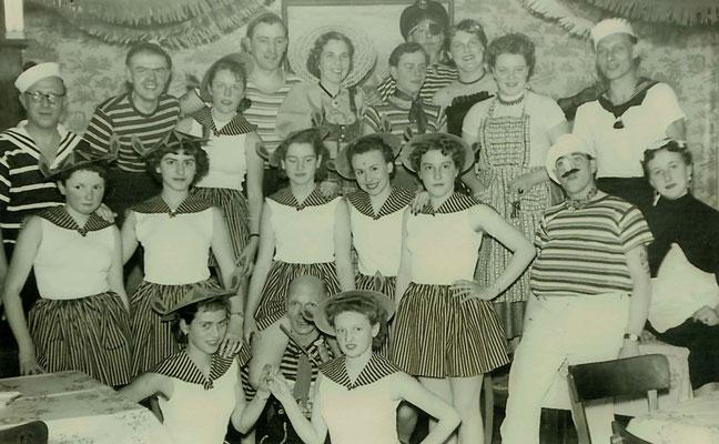1955 ESSC-Vorführung (hinten von li.: ?, Gerhard Schneider, ?, Helmut Meuser, Ursula Dillmann, ?, ?, Inge Fuchs, Inge Wittmann (Meuser), Hermann Bockenheimer; vorne Mitte: Fritz Dillmann)