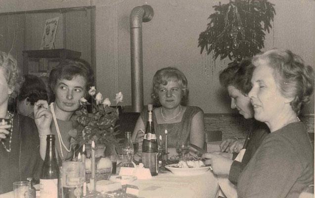 1963 Nikolaus im Deutschen Hof - Ursula Dillmann (re.)
