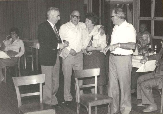 1977 Dankeschönfest (v.l. Eberhard Kampfenkel, Seppel Wäsch, Marlene Kampfenkel, Willi Ötzel; hinten li. Inge Fuchs, hinten re. Mia Heckert)