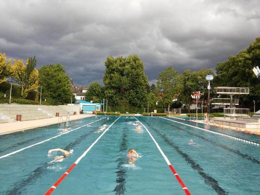 2015 24-Std-Schwimmen dunkle Wolken