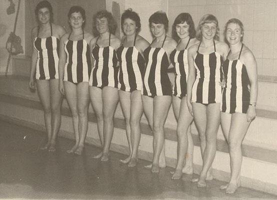 1960 Kunstschwimmen Hildesheim (von li.: Sigrun Gisart, Regina Dillmann, Ingrid Grün, Waltraud Petermann, Inge Baumgartl, Karin Winkler, Christa Heckert, Christa Schlede)