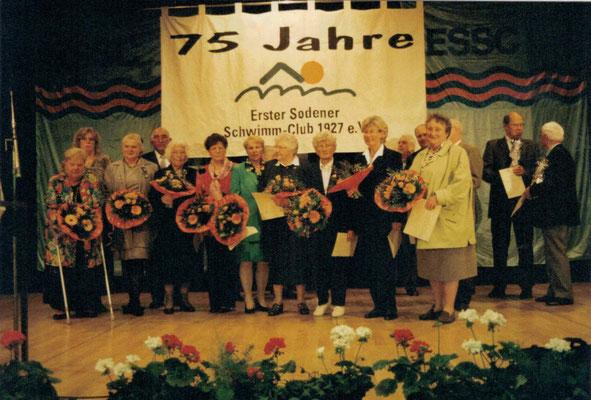 2002 75 Jahre ESSC - Ehrungen (v.l. Inge Meuser, Annette Gäßler, Irmelin Linke, Helmut Meuser, Ursula Dillmann, Marianne Geiss, Christa Bender, Hanna Range, Vera Wagenführ, Ute Schneider, Fritz Fuchs, Eugen Zahn, Ingrid Grün)