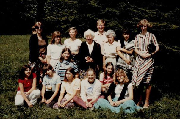 1981 Synchros in Rueil Malmaison (v.h.l. Annette, Gudrun Reukauf, Christa Bender, Mia Heckert, W.Gäßler, Fr.Osswald, Andrea Zimmermann, Marion Christ, Claudia Hoss, Renate Uecker, Johanna Thilenius, Uli Bender, Heidrun Horn, Petra Schaube, Heihe Zahn)