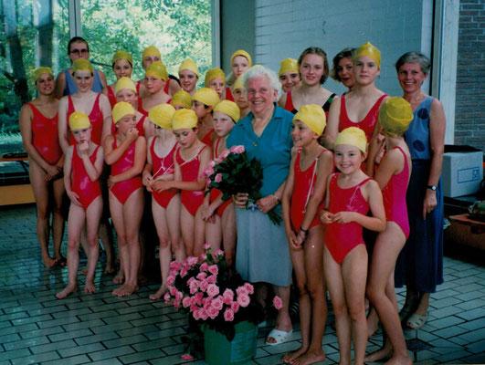 1992 80 Jahre Mia Heckert und ihre Kunstschwimmerinnen