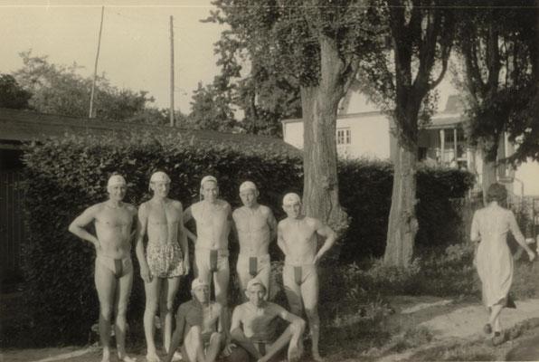 ca. 1955 Wasserballmannschaft der 50er Jahre (stehend von li.: Gerd Gorges, ?, Fritz Fuchs, Hermann Bockenheimer, Reinhard Bockenheimer; sitzend von li.: Hans Heckert, Helmut Meuser)