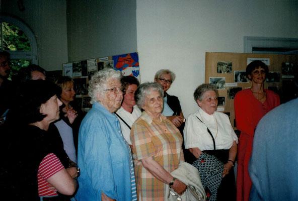 2003 Fotoausstellung - Maxi Butzbach, Ursula Dillmann, Fr. Haider, Gretel Lerch, Lieselotte Swierczek, Marion Polydore (von li.)