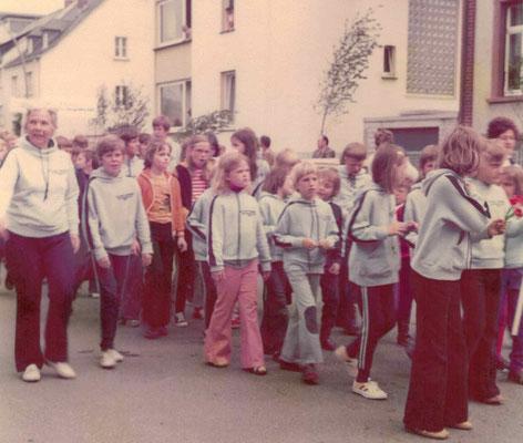 1975 Festumzug TG Jubiläum (li. Ursula Dillmann, vorne Mitte Frank Bender)