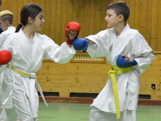 Fortgeschrittene Kampfkünstler beim Kumite 11-14