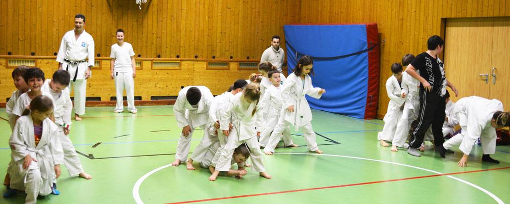 Kinder Karate Gruppen bei spielerischem Wettkampf, hier 3-6 und 7-10 Jahre