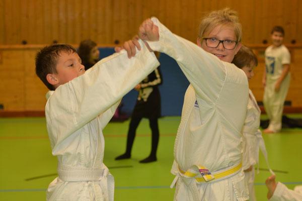 Kampfsport Parterübung Gymnasiasten