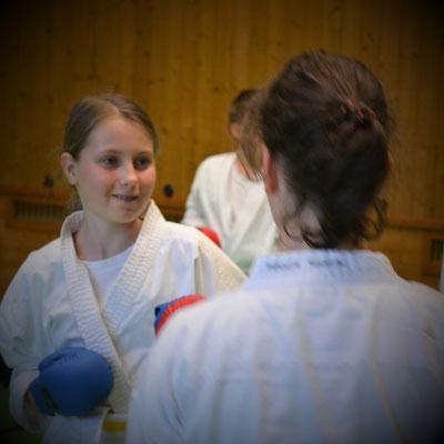 Girl Power mit Karate Kampfkunst  für Mädchen Gymnasium