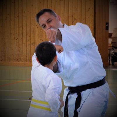 akademischer Freizeitpädagoge bei der Arbeit: kindergerechte Vermittlung von Kampfsport bzw Kampfkunst, hier 8-9 Jahre alter Karateprofi