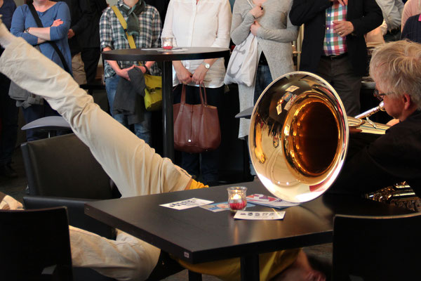Kenji Takagi Tanz   Wolfgang Suchner, Tuba   Performance zur Ausstellungs-/Festivaleröffnung