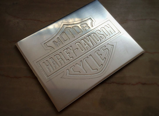 Harley Davidson Emblem in Silberplatte gefräst