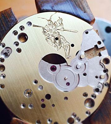 Teil einer mechanischen Uhr - Motivgravur in Messing
