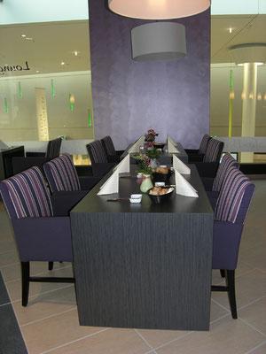 Sitzgruppe mit großem Tisch von  May