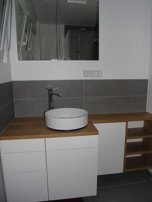 gebauter Waschtsichschrank mit Alapebecken Holzplatte lackierte Schubladen