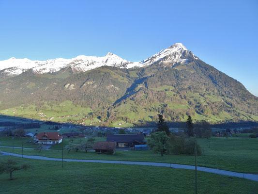 Blick Richtung Reichenbach und Niesen von der Terrasse des Gasthofes Engelberg Scharnachtal