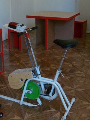 un vélo d'appartement enfin utile ! fabriqué pour la documentariste Marie Monique Robin.