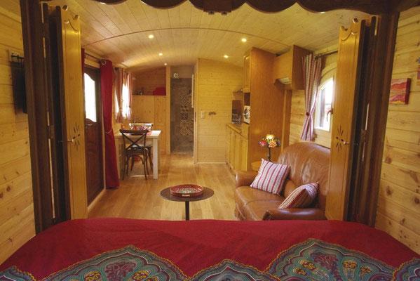 Le salon et le salle de bains de la roulotte