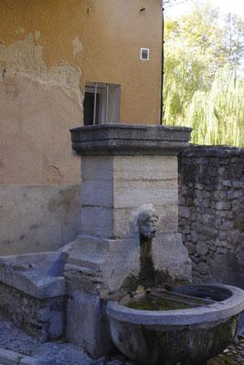 Ein Brunnen in Pernes