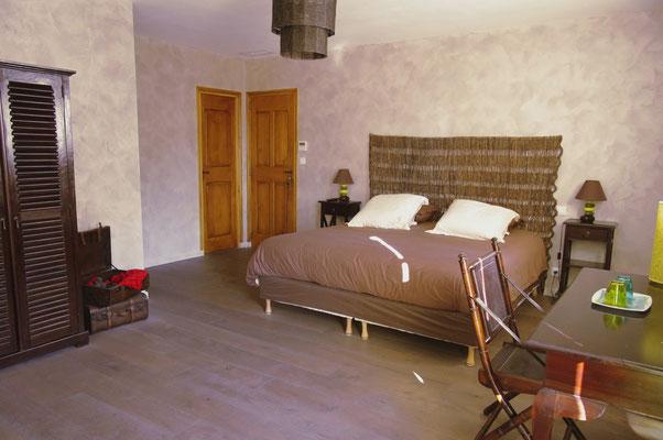 chambre pungwe au 1er etage et le lit de 180 x 200 king size