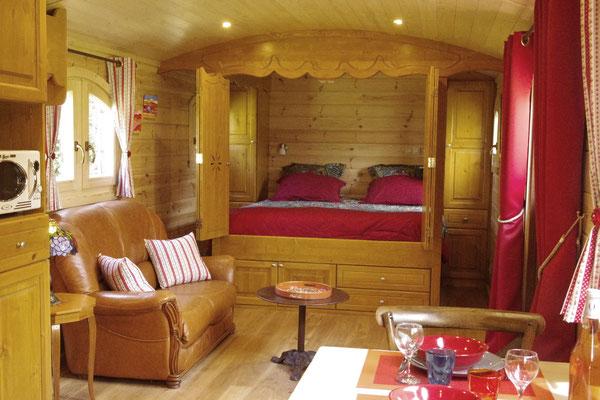 Le lit et le salon de la roulotte