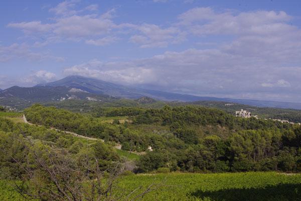 Blick auf mont Ventoux Berg und Le Barroux Schloss