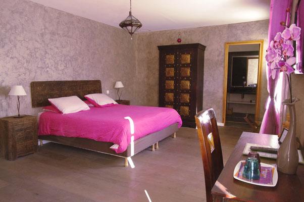 chambre Madras et le lit king size 180 x 200 cm