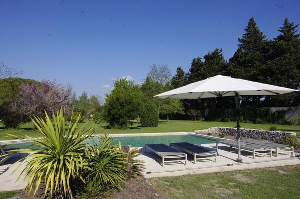 la piscine avec transats et parasols