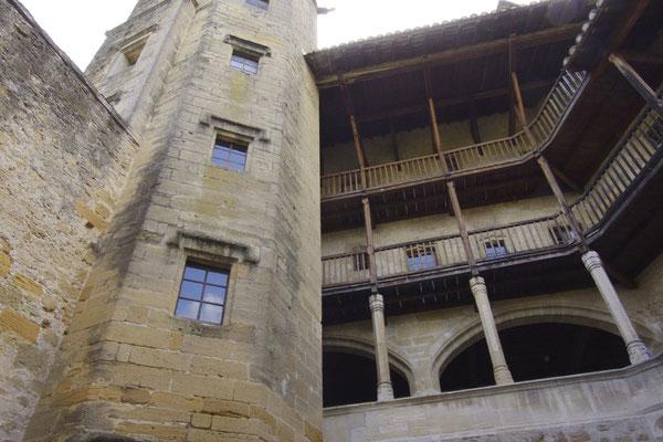 la tour qui abrite un escalier remarquable